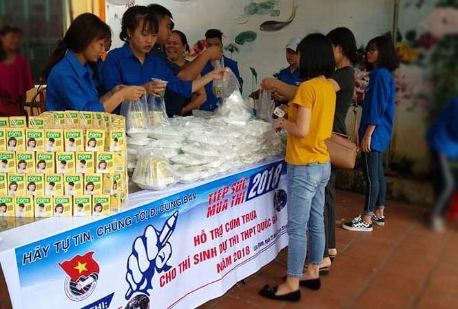 Các tình nguyện viên hỗ trợ phát cơm miễn phí phục vụ thí sinh tại Lộc Bình, Lạng Sơn