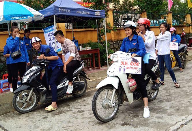 Nhiều chuyến xe miễn phí đưa đón thí sinh của cán bộ Huyện Đoàn Bắc Hà (tỉnh Lào Cai)
