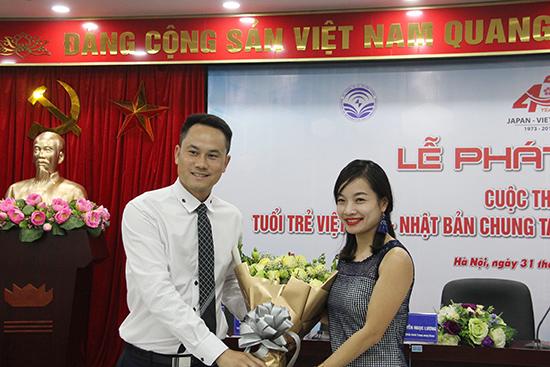 Anh Nguyễn Kim Quy, Phó Chủ tịch Trung ương Hội LHTN Việt Nam tặng hoa cho đại diện Hãng hàng không Japan Airline đơn vị đồng hành cùng Cuộc thi.